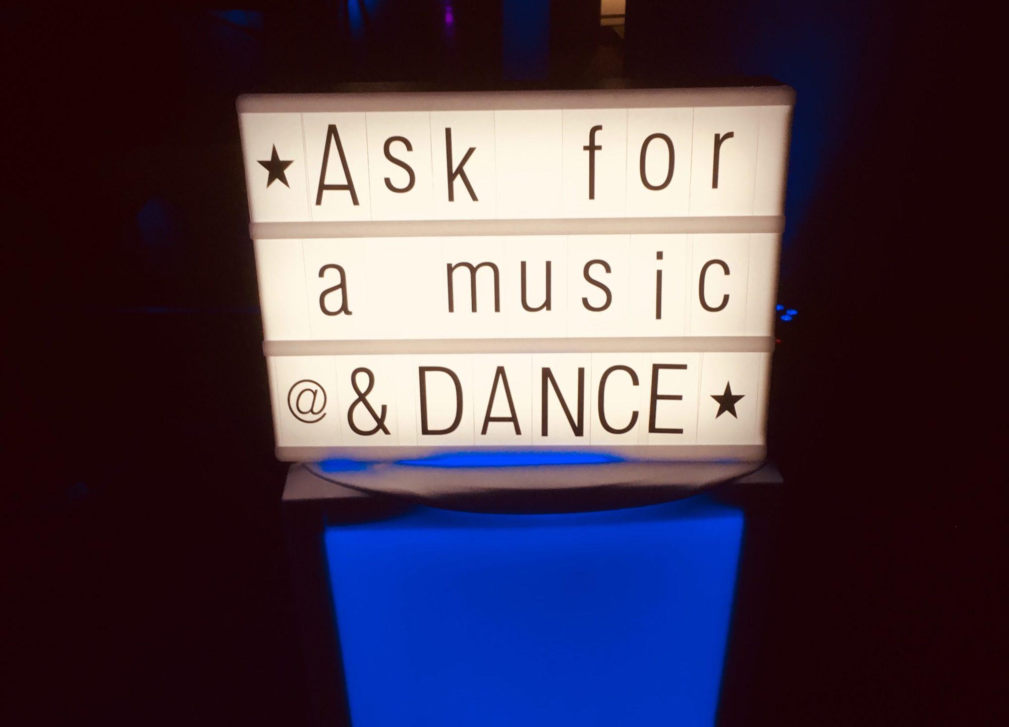Panneau lumineux incitant les invités du mariage à venir demander un titre au DJ